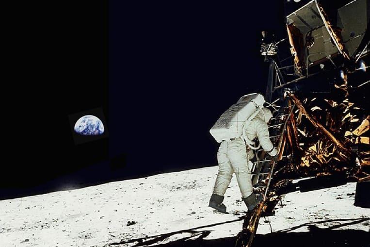 Primi passi sulla luna in un cielo scuro senza stelle