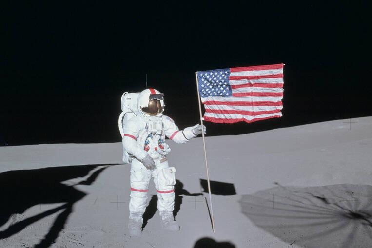piantato con la bandiera americana sulla luna in una notte buia senza stelle